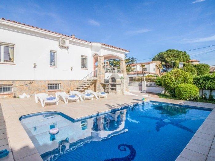 Villa with 5 bedrooms, 3 bathrooms, private pool, large plot, aluguéis de temporada em Empuriabrava