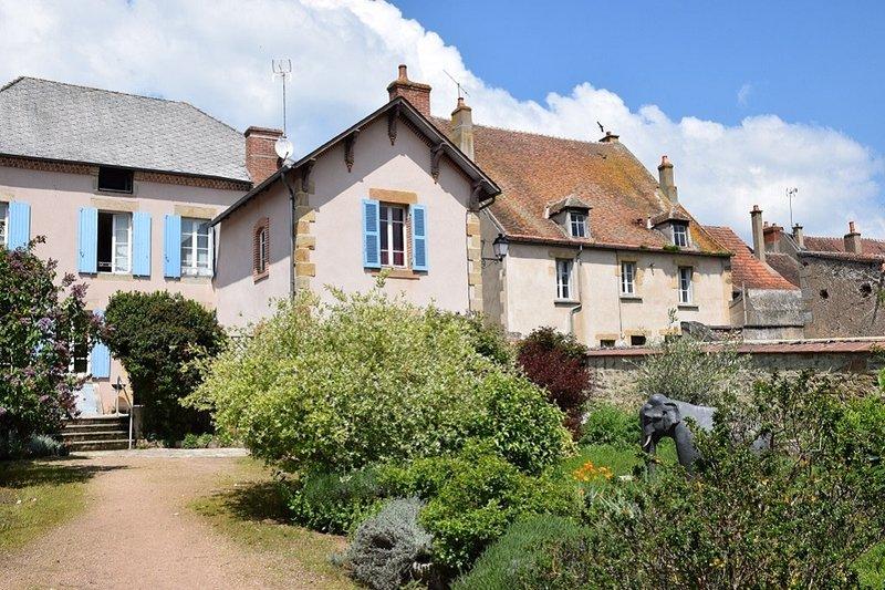 Nice house with garden & terrace, casa vacanza a Saint-Sornin