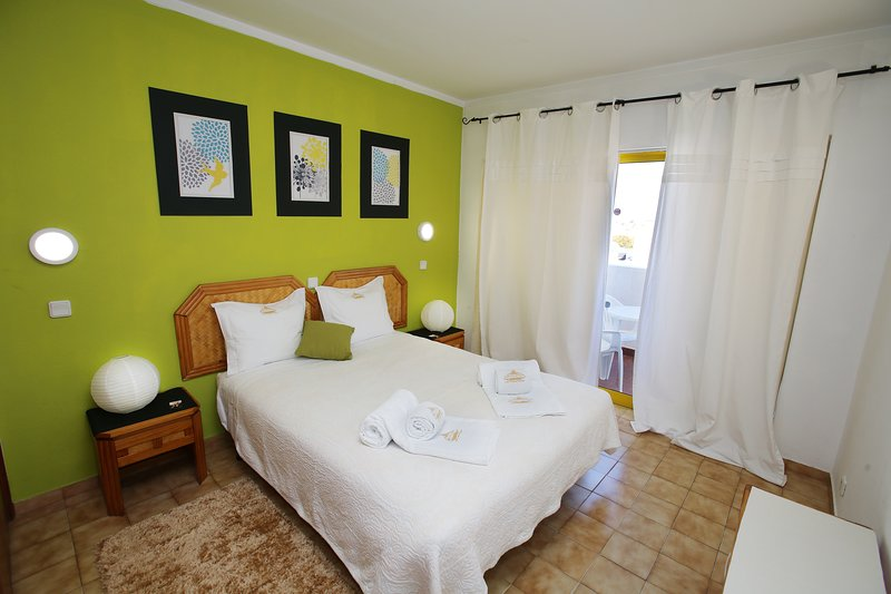 Geräumiges und komfortables Zimmer mit Balkon mit Fluss- und Meerblick. Blick auf den Yachthafen von Portimão