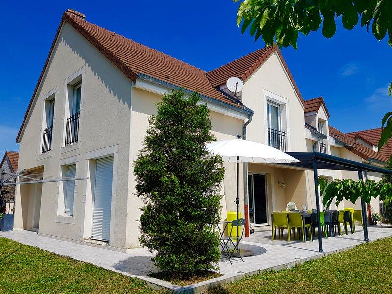 Grande Maison Contemporaine Familiale Au Pied de la Route Des Vins, vacation rental in Genlis