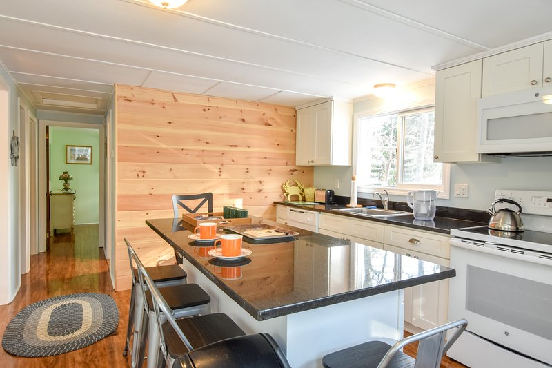 #449: Walk to Private Neighborhood Beach! Updated Kitchen, Dog Friendly!, holiday rental in Eastham