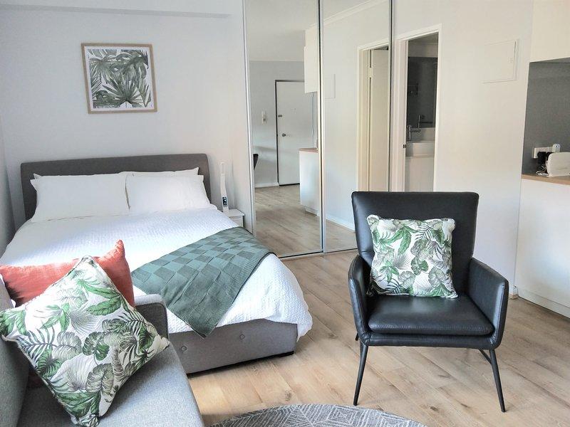 CBD Apartment 'Nesuto' + WiFi + Shared Parking, casa vacanza a Clarence Park