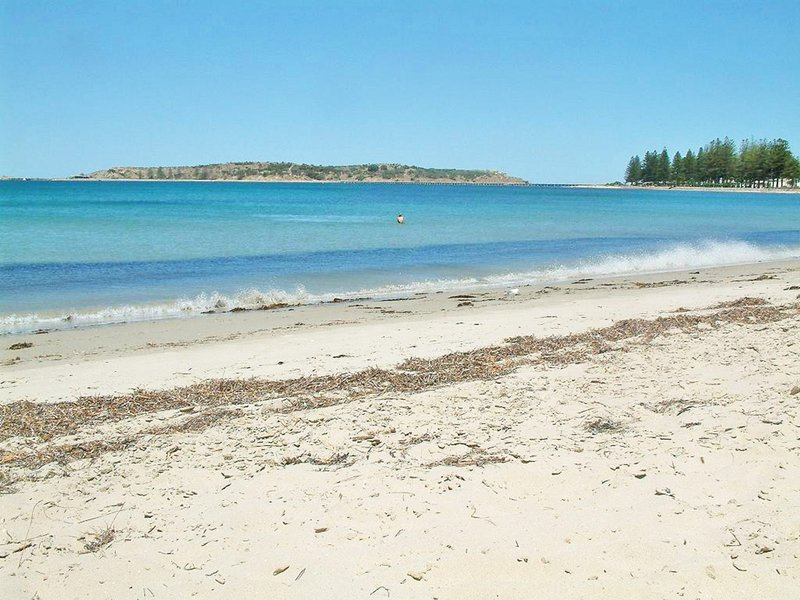 'Victor Harbor Beachfront Bliss' + WiFi, holiday rental in McCracken