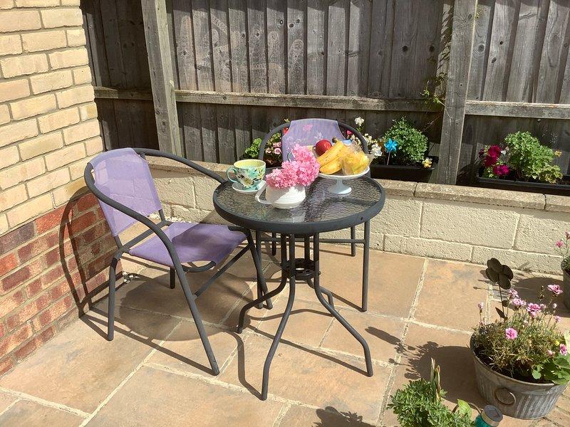 Petit patio avant ensoleillé idéal pour le breakkie