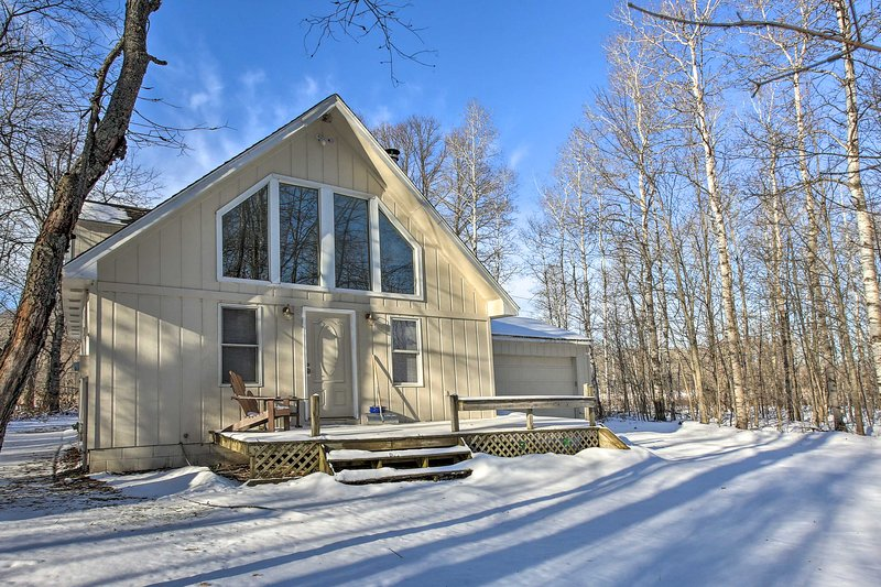 NEW! Lakes of the North House on Snowmobile Trail!, location de vacances à Antrim County