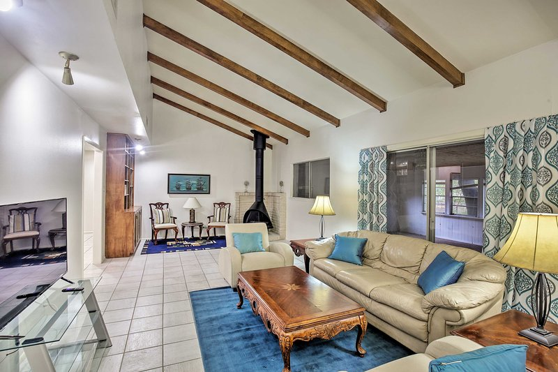 NEW! Charming San Antonio Abode ~ 10 Mi to Dwtn, holiday rental in Castle Hills