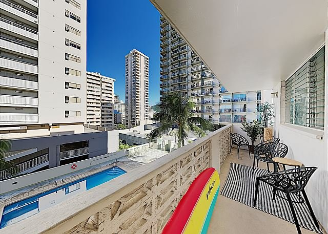 Sunny Kuhio Getaway w/ Private Balcony, Walk to Waikiki Beach, Cafes & Shops, holiday rental in Honolulu