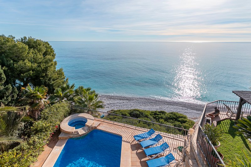 Chalet en primera linea del mar con piscina y Jacuzzi con acceso al mar!, holiday rental in Campello