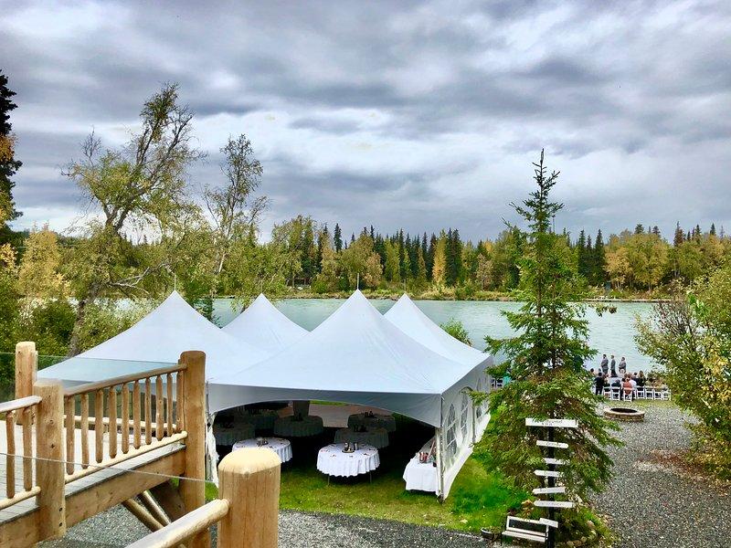 Matrimoni rustici sul fiume ... Tanto spazio per tende da matrimonio sul prato. Indicato qui 40x40 si adatta facilmente.