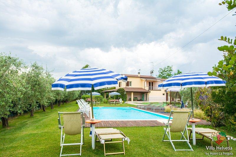 Casa Vacanze 'Villa Helvetia' con Piscina Privata e Servizio Spiaggia gratuito, holiday rental in Controguerra