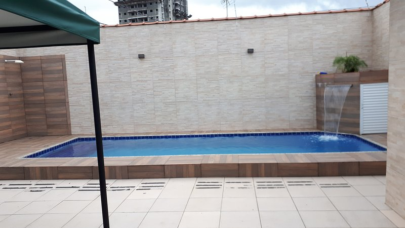 Casa de temporada com piscina e churrasqueira no bairro Guilhermina, alquiler de vacaciones en Praia Grande