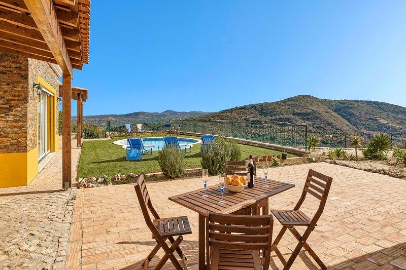 Fialho Villa Sleeps 6 with Air Con and WiFi - 5823396, location de vacances à Sao Bras de Alportel