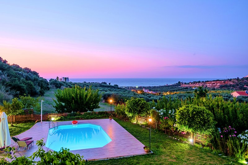 Villa Evelina with Private Pool, holiday rental in Adelianos Kampos