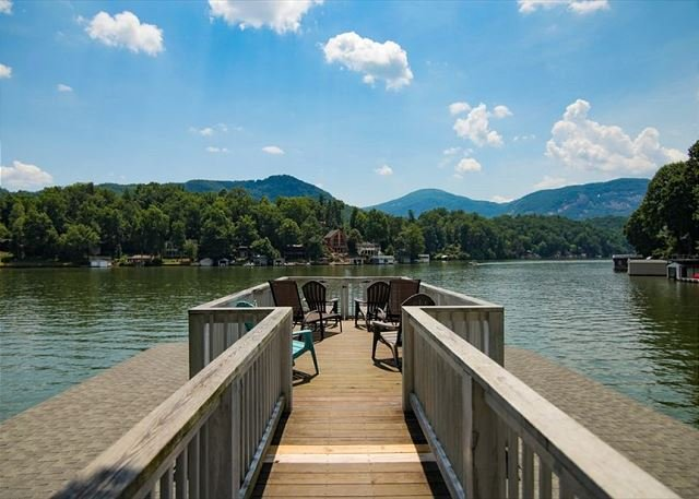 Keepers Cabin: Lakefront Home w/ Private Beach, Game Room & Guesthouse – semesterbostad i Lake Lure