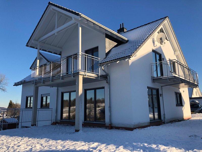 Winterberg luxe appartement aan de piste met uniek uitzicht op de skischans, holiday rental in Winterberg