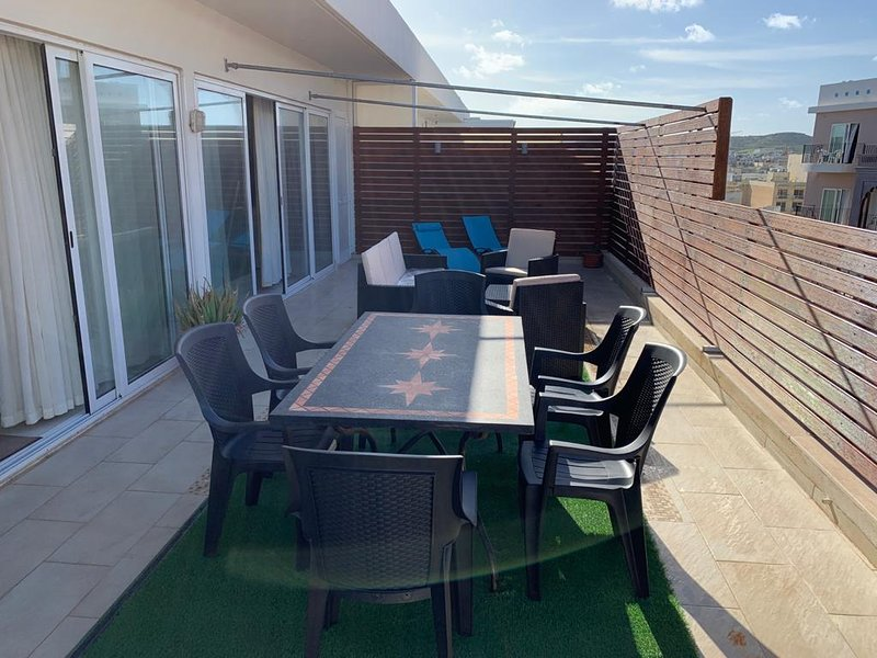 Superior 2 bedroom penthouse central with seaviews, vacation rental in Salina