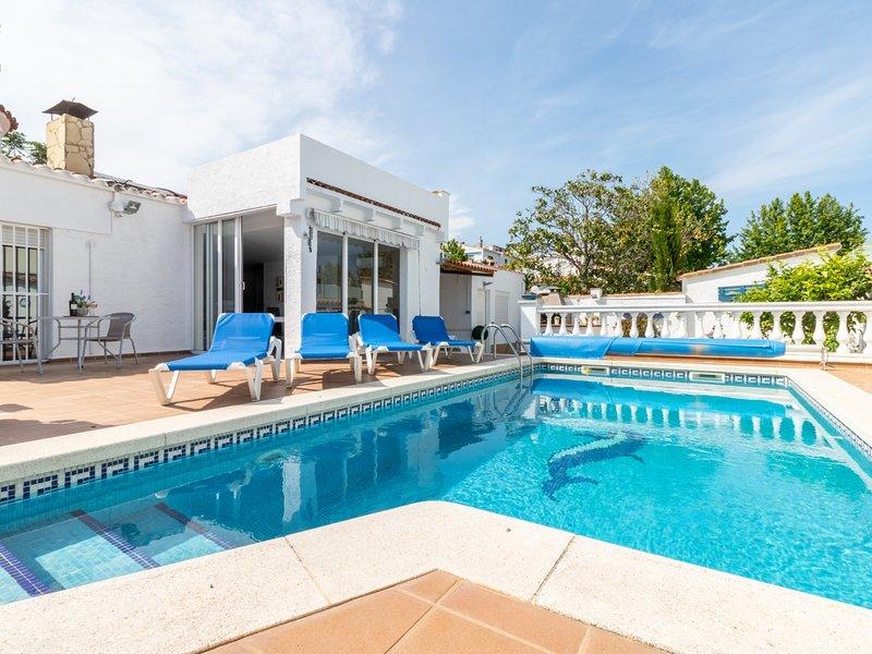 Villa de lujo, piscina climatizada, wifi, satélite, holiday rental in Vilacolum