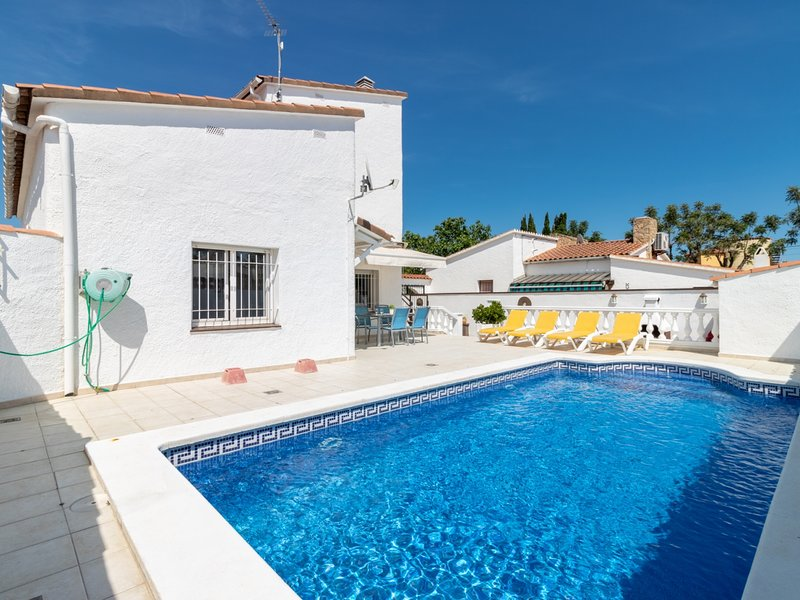 Villa con piscina privada, wifi, sat, cerca playa, holiday rental in Vilacolum