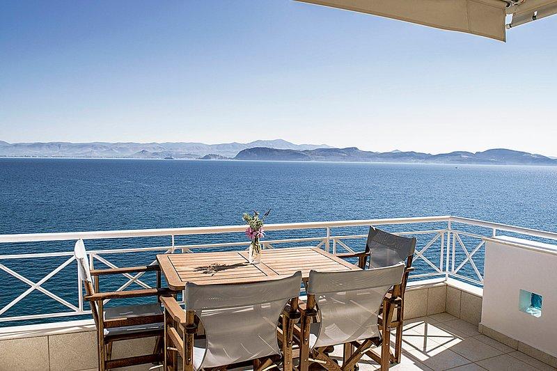 Holiday Waterfront Apartment, Amazing Sea View, close Nafplion, Kiveri village, location de vacances à Kiveri