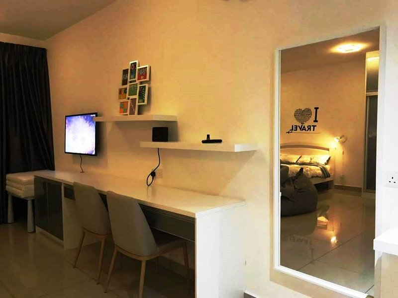 New!Netflix&Sleepedia E Studio Trefoil Setia Alam Shah Alam, vacation rental in Klang