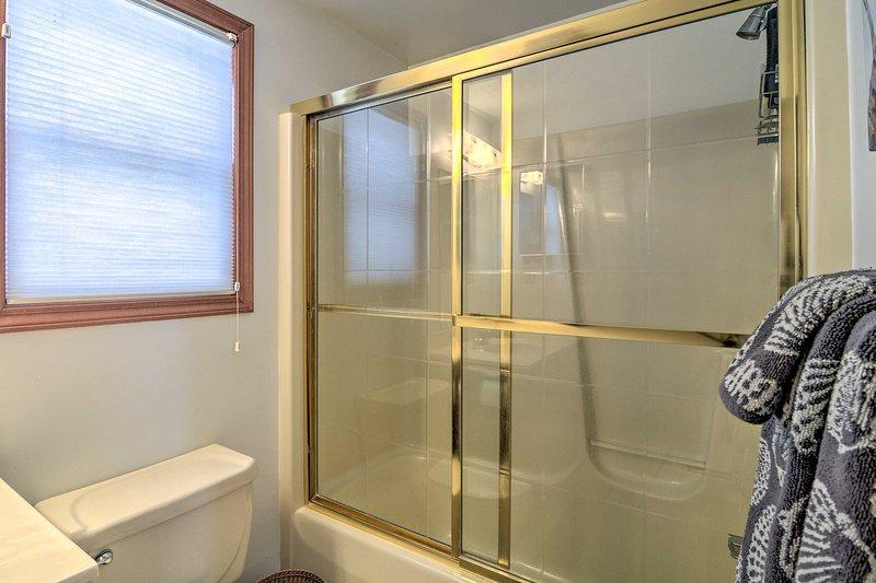 Beide Badezimmer verfügen über Badewannen- / Duschkombinationen.