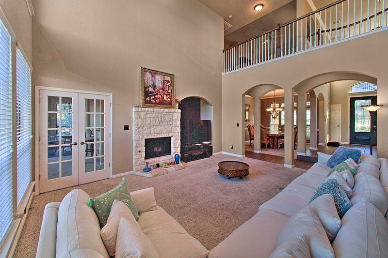 Sonoma Ranch Family Home w/Deck, 5 Mi to Six Flags, holiday rental in Helotes