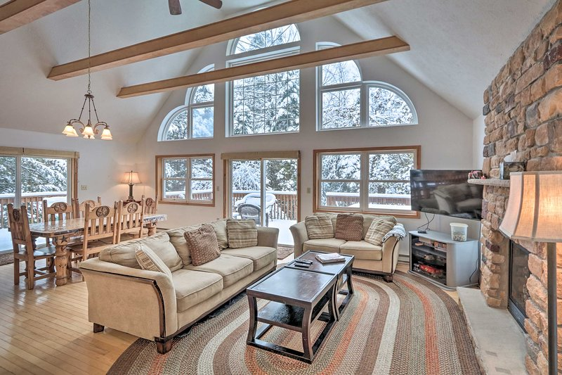 Lakeside Camelot Chalet 3 Mi to Jack Frost Skiing!, vacation rental in Blakeslee