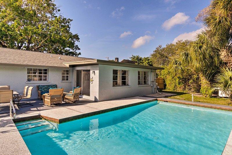 Refresque-se com um mergulho na piscina privada da casa.
