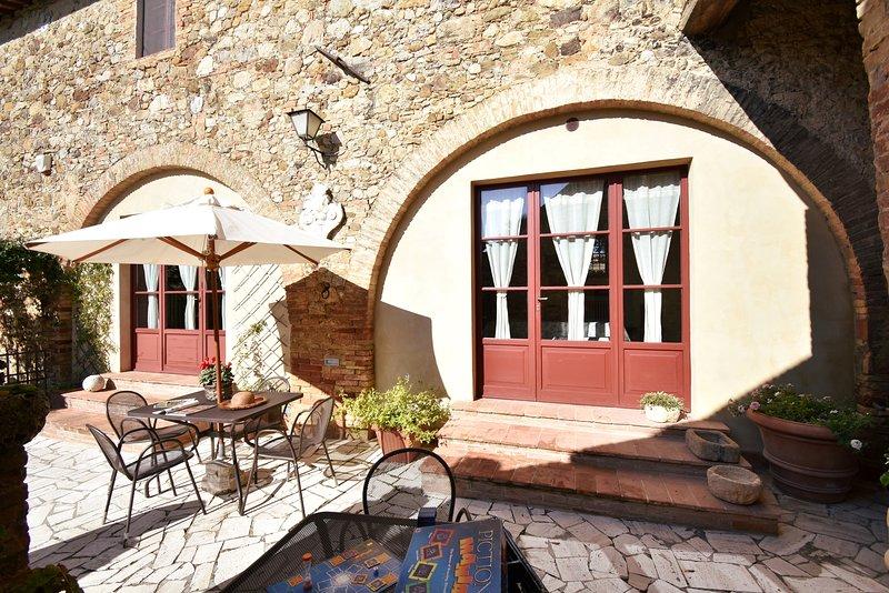 Bright, spacious villa with pool near Siena, holiday rental in Siena