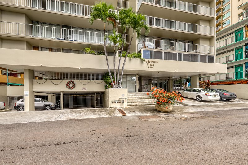 Modern condo w/ full kitchen, free WiFi - walk to Waikiki Beach!, alquiler de vacaciones en Kahala