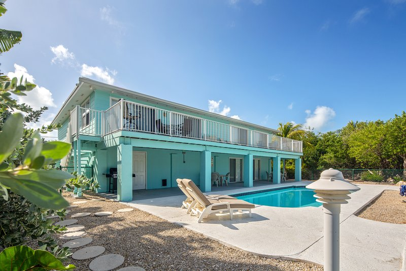 New listing! Dog-friendly canal front home with shared heated pool & gas grills, casa vacanza a Conch Key