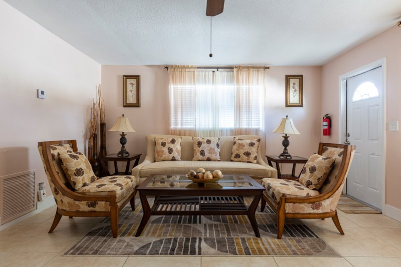 Beautifully Renovated Palm Beach Gardens Apartment, holiday rental in Jupiter