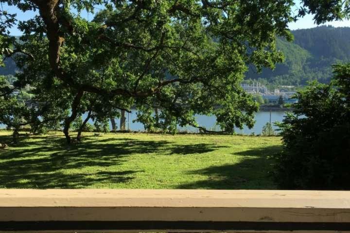 Vista do quintal com vista para o rio Willamette logo depois da cerca.
