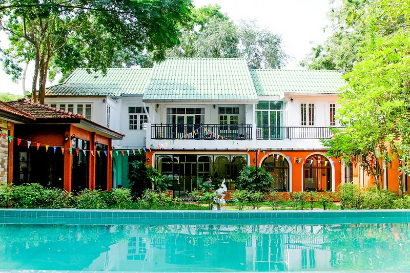 Un'accogliente villa privata con 8 camere in un lussureggiante giardino ricco di natura è perfetta per una vacanza all'insegna del relax.