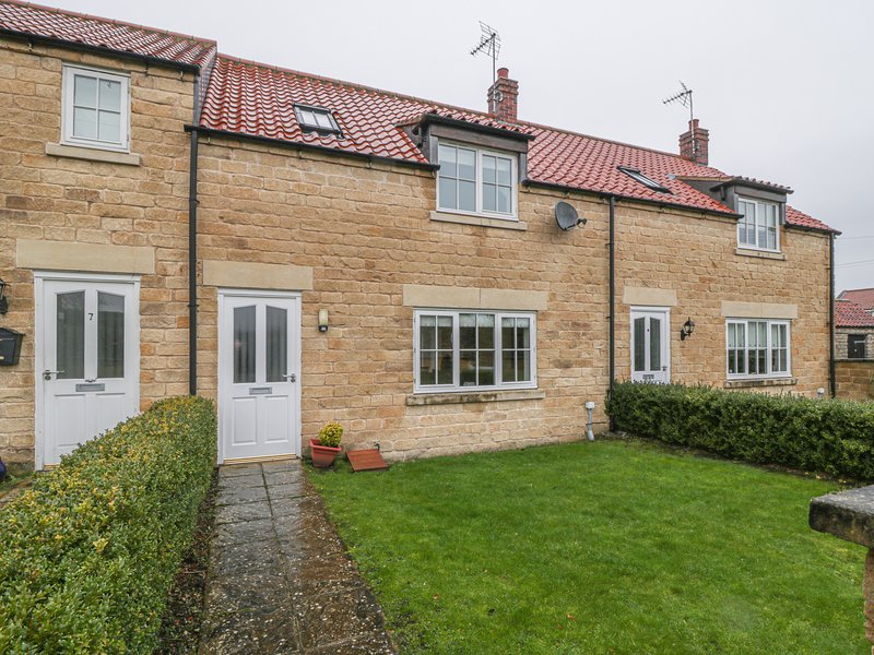8 POTTERGATE MEWS, terraced, enclosed garden, in Helmsley, Ref 956799, holiday rental in Harome