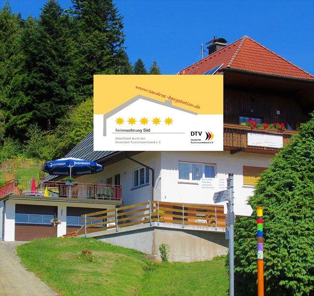 5****Ferienwohnung mit hohem Komfort, viel Ruhe und Natur sowie Bauernhof, aluguéis de temporada em Kniebis