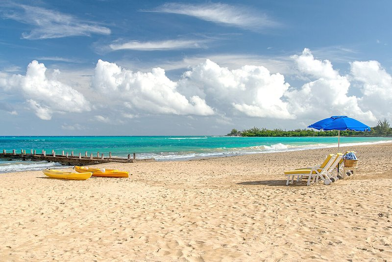 BEACHFRONT LUXURY! FULLY STAFFED! POOL! JACUZZI! Sweet Spot, Runaway Bay 4BR, vacation rental in Runaway Bay