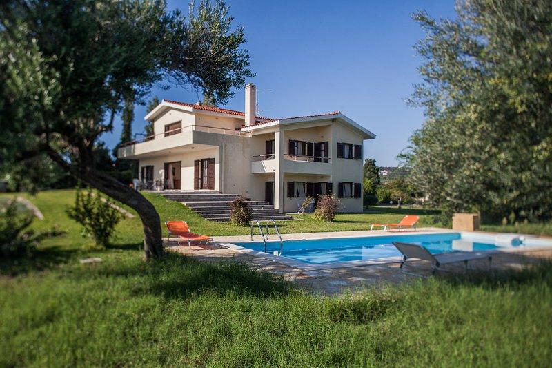 5 bedroom villa pool & large garden Serenata, vacation rental in Svoronata