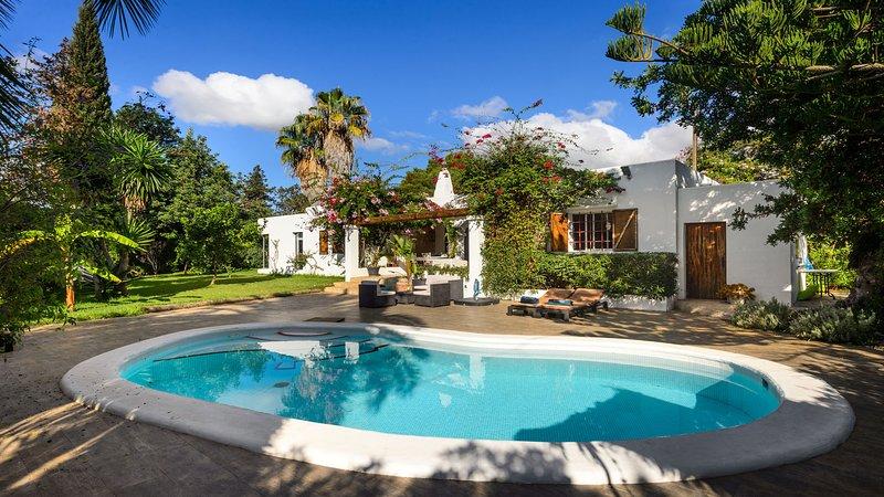 Charming Can Cozy in Cala Llonga 15 min from Ibiza Town, location de vacances à Roca Llisa