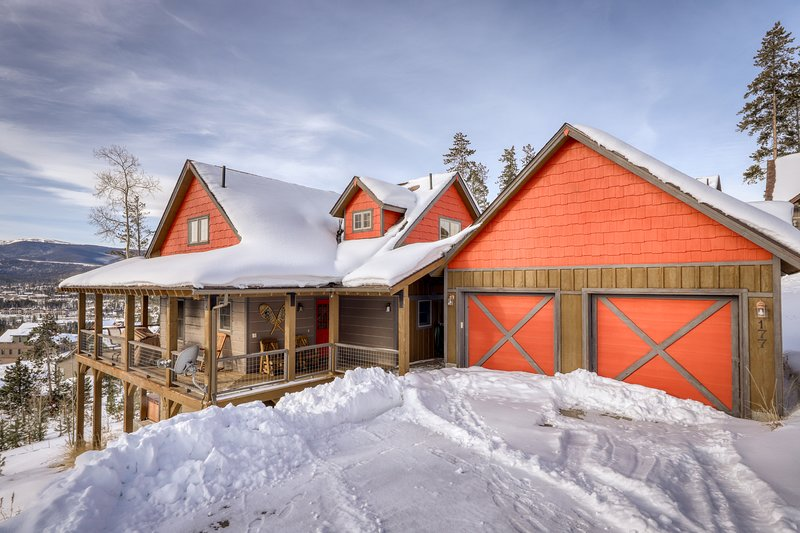 Bright home on the hill w/ hot tub, deck, fireplace, & forest views! Chalet in Winter Park