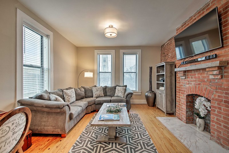 NEW! Charming Indy Condo w/Balcony Nestled in Dtwn, vacation rental in Speedway