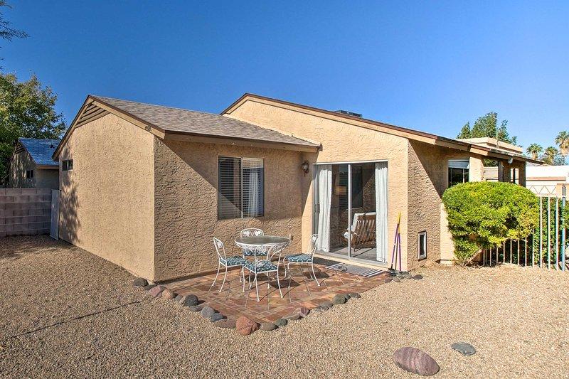 North Phoenix Escape w/ Patio: Hike, Golf, & Shop!, casa vacanza a Glendale