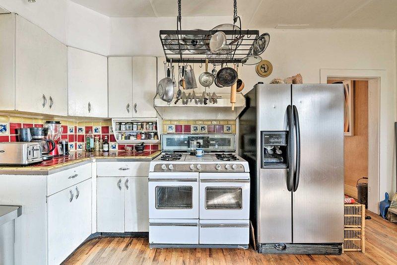 Bereiten Sie gemeinsam Mahlzeiten in dieser voll ausgestatteten Küche zu.