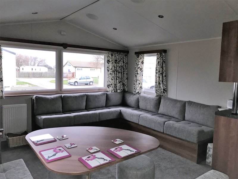 Private Let - Comfortable Caravan on New Beach Holiday Park, Quiet Location, Ferienwohnung in Burmarsh