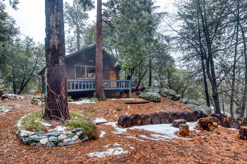 Newly renovated cabin on 2.5 acres with deck and forest views!, location de vacances à Pine Cove