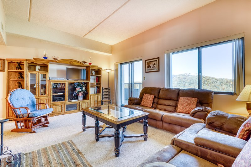 Beautiful mountain condo with shared hot tub, pool, and a fireplace!, location de vacances à Linville