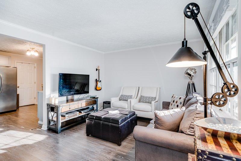 New listing! Updated brick home w/ patio space, enclosed yard, & grill - dogs OK, aluguéis de temporada em Oak Hill
