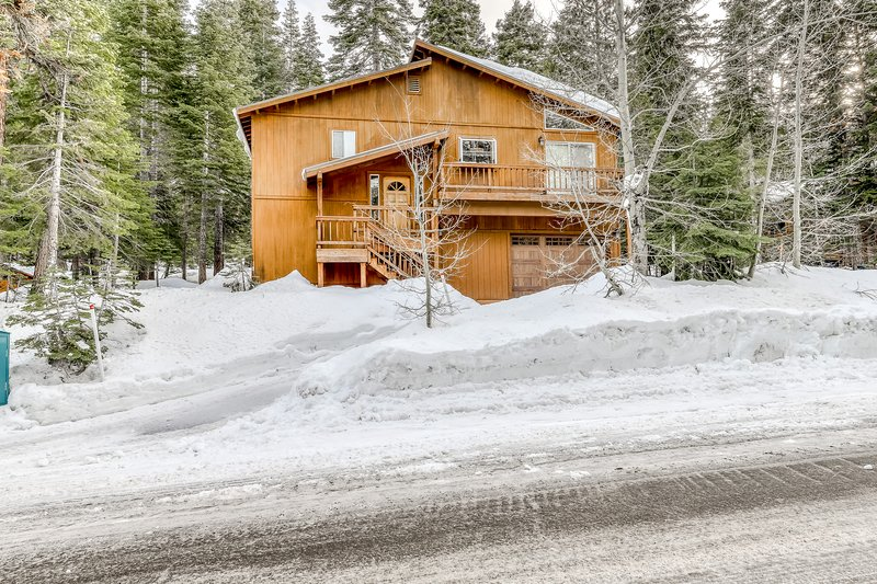 Sunny mountain home w/ hardwood floors, private grill, wood stove, near N. Tahoe Chalet in Northstar
