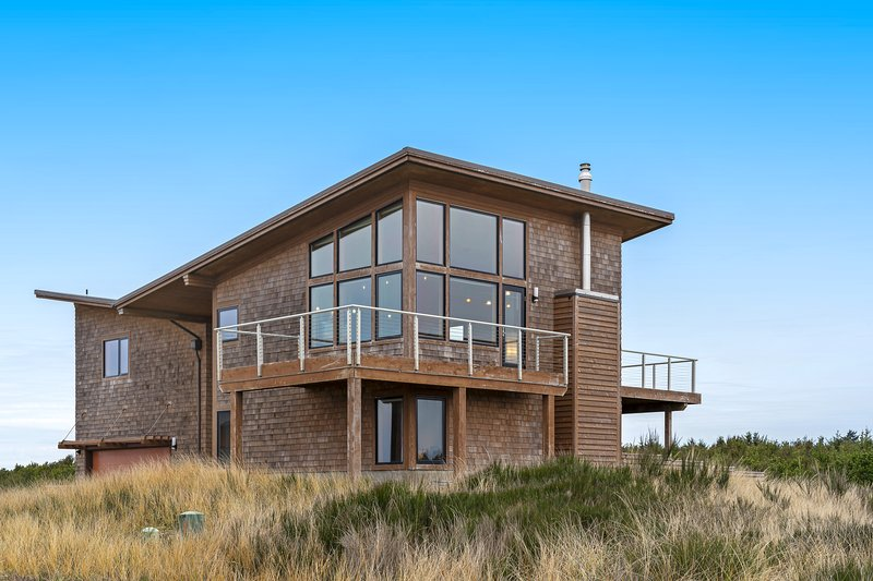 Custom ocean view home w/ two decks - just steps to Cohasset Beach!, holiday rental in Hoquiam