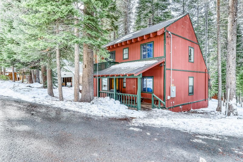 Updated home on quiet street w/ gas fireplace, shared hot tub, pool, & more!, location de vacances à Silver Lake